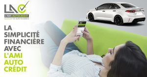 femme sur son cellulaire avec une voiture blanche